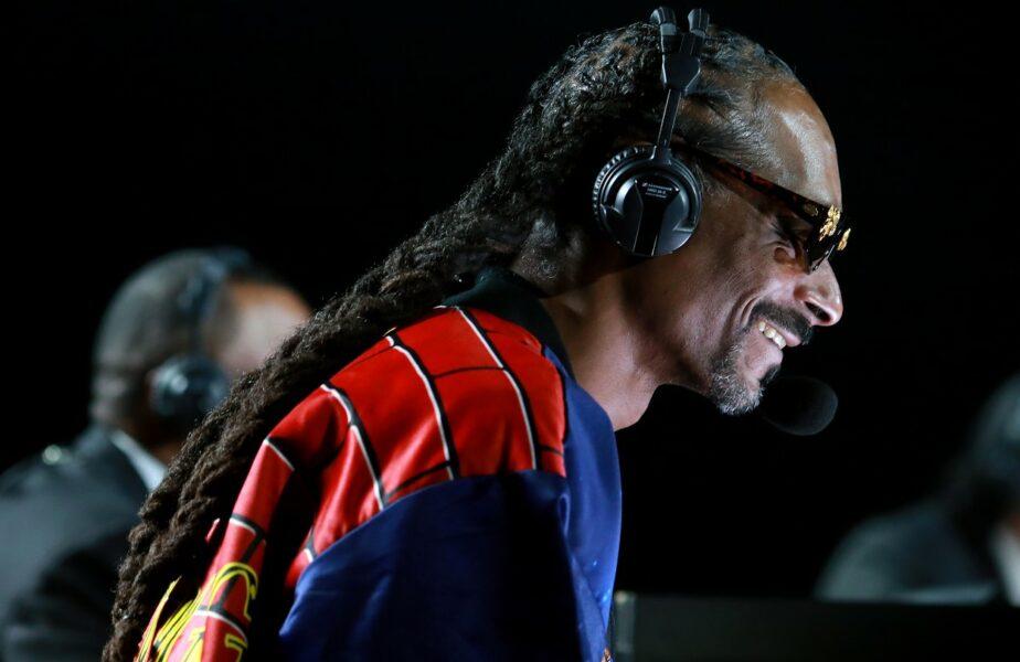 """FABULOS! Snoop Dogg, replică de zile mari în timpul luptei dintre Mike Tyson și Roy Jones Junior: """"Parcă sunt doi unchi de-ai mei care se bat la un grătar :)"""""""