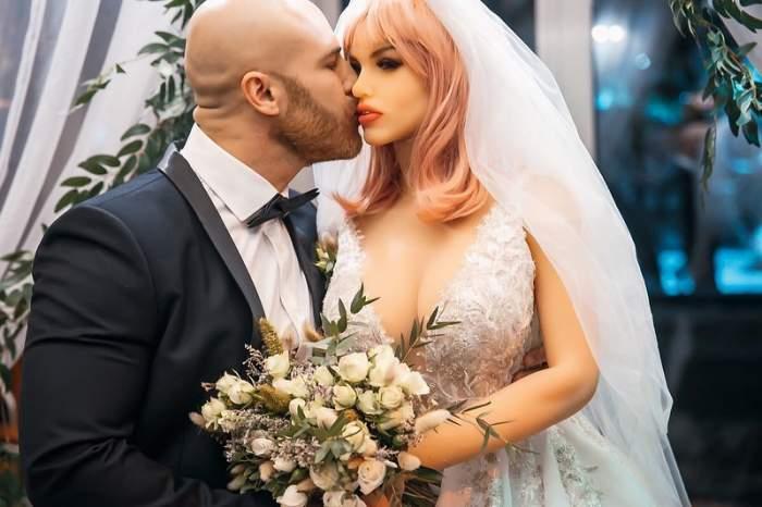 Bărbatul care s-a căsătorit cu o păpuşă după 18 lui de relaţie a avut un mesaj pentru proaspăta sa soţie. Ce i-a transmis imediat după ce şi-au unit destinele