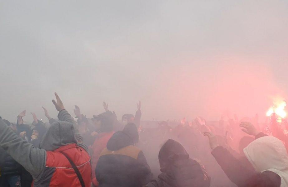 VIDEO   Fanii FCSB au făcut show înaintea derby-ului cu CFR Cluj! Mesaje mobilizatoare și torțe la baza din Berceni