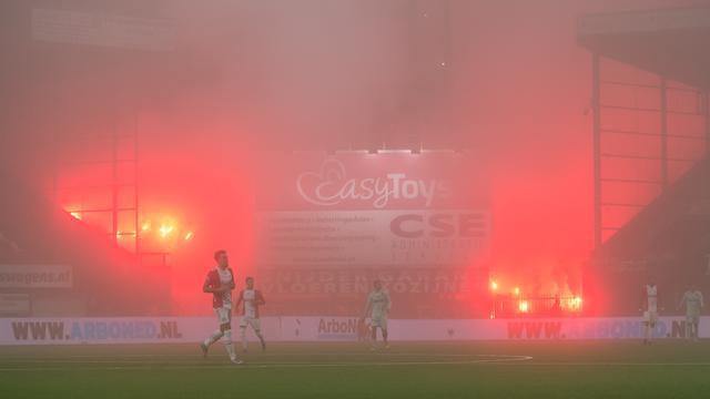 Și-au afumat favoriții! Meci din Olanda, oprit din cauza fumigenelor aprinse în afara stadionului! Ce decizie a luat arbitrul