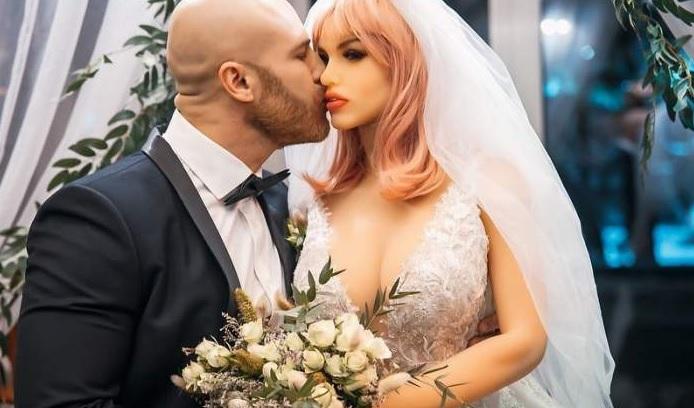 S-a căsătorit cu o păpuşă! Cum decurge o zi din viaţa lui Yuri Tolochko. Imagini de la nuntă
