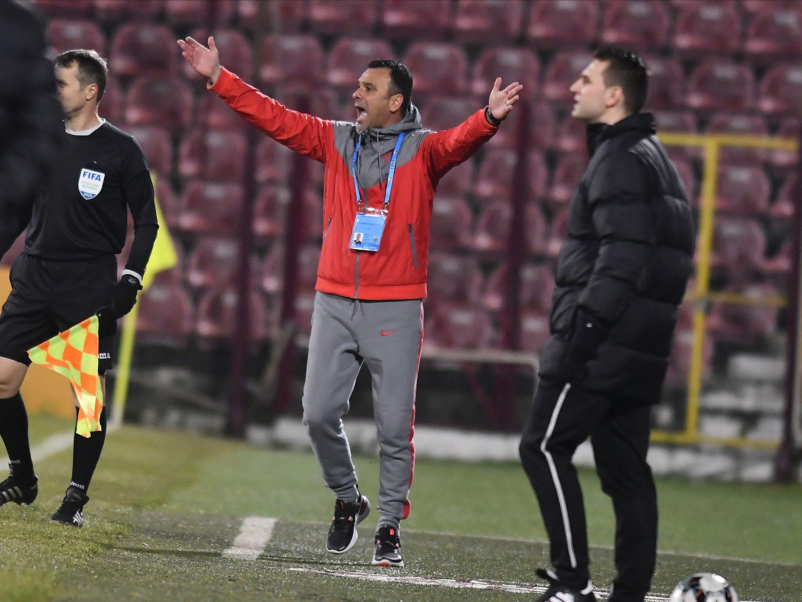 """Toni Petrea a turbat de furie! Scandal la pauza meciului cu Sepsi! Leo Grozavu, acuzat că a înjurat jucătorii de la FCSB: """"Bate-i, bă, pe ai tăi, că doar atât ştii"""""""