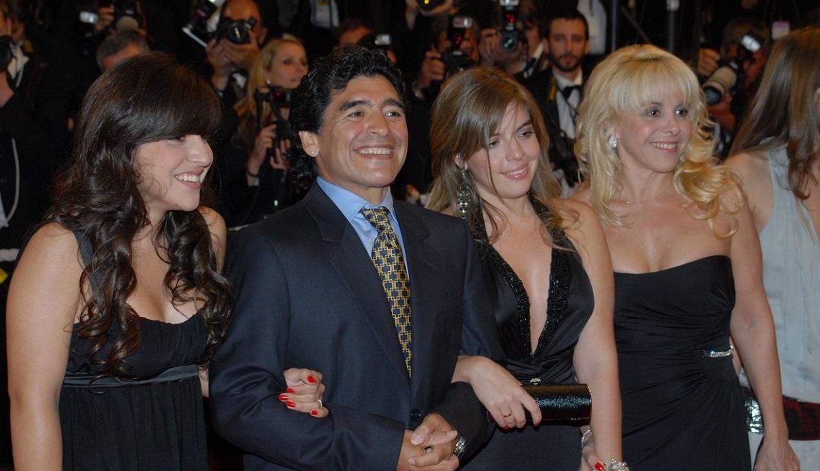 Diego Maradona, alături de fosta soţie şi de cele două fiice ale lor