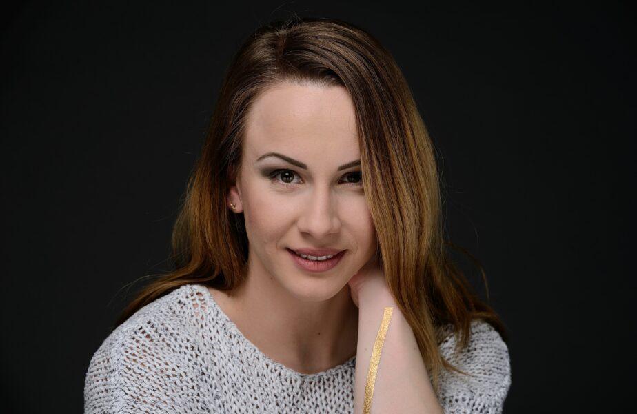 """""""Pregătită să fiu prima dată nașă! Vă iubesc!"""" Sandra Izbaşa şi-a găsit imediat naşi după ce a fost cerută în căsătorie"""