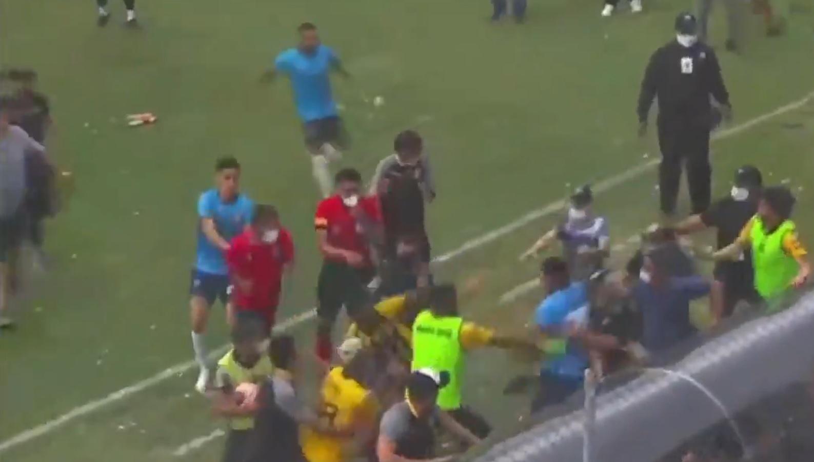 Suporterii au pătruns pe teren în ultima etapă din Bolivia