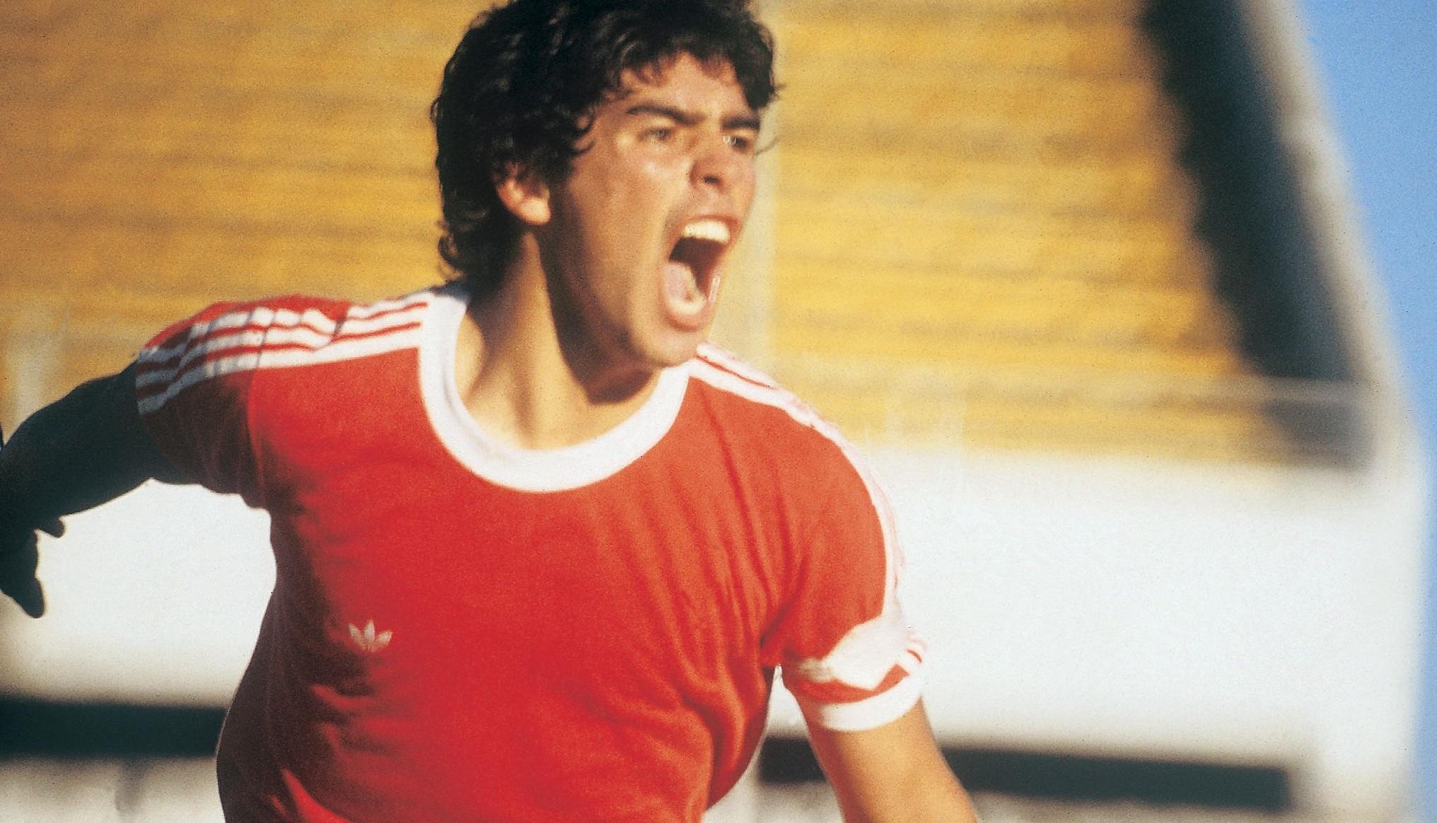 Diego Maradona jucând pentru Argentinos Juniors
