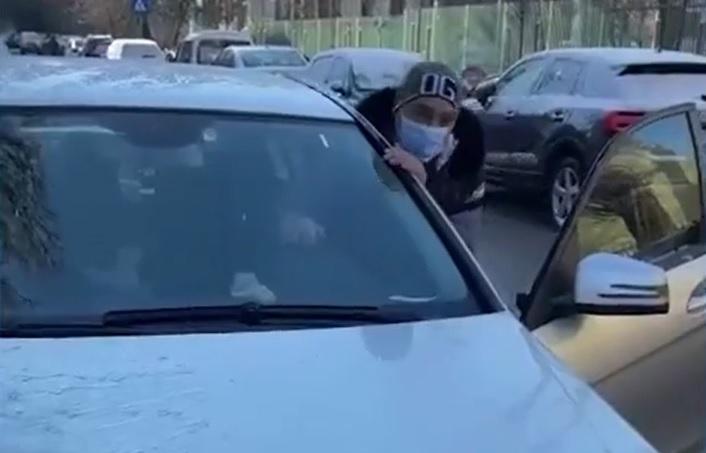 Cine este bărbatul care a lovit cu maşina un cărucior în care se afla în bebeluş, pe o stradă din Bucureşti. Interlopul a fost reţinut