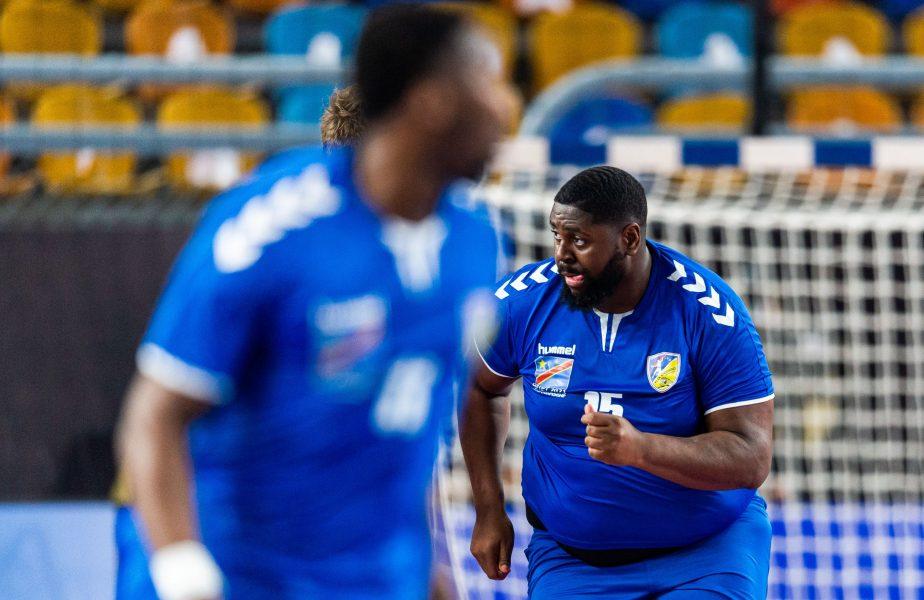 """Are tricou cu boiler. Mvumbi, """"Baby Shaq"""", uriașul de la """"Mondialele"""" de handbal, a fost eliminat, dar a primit trofeul """"Omul meciului"""""""