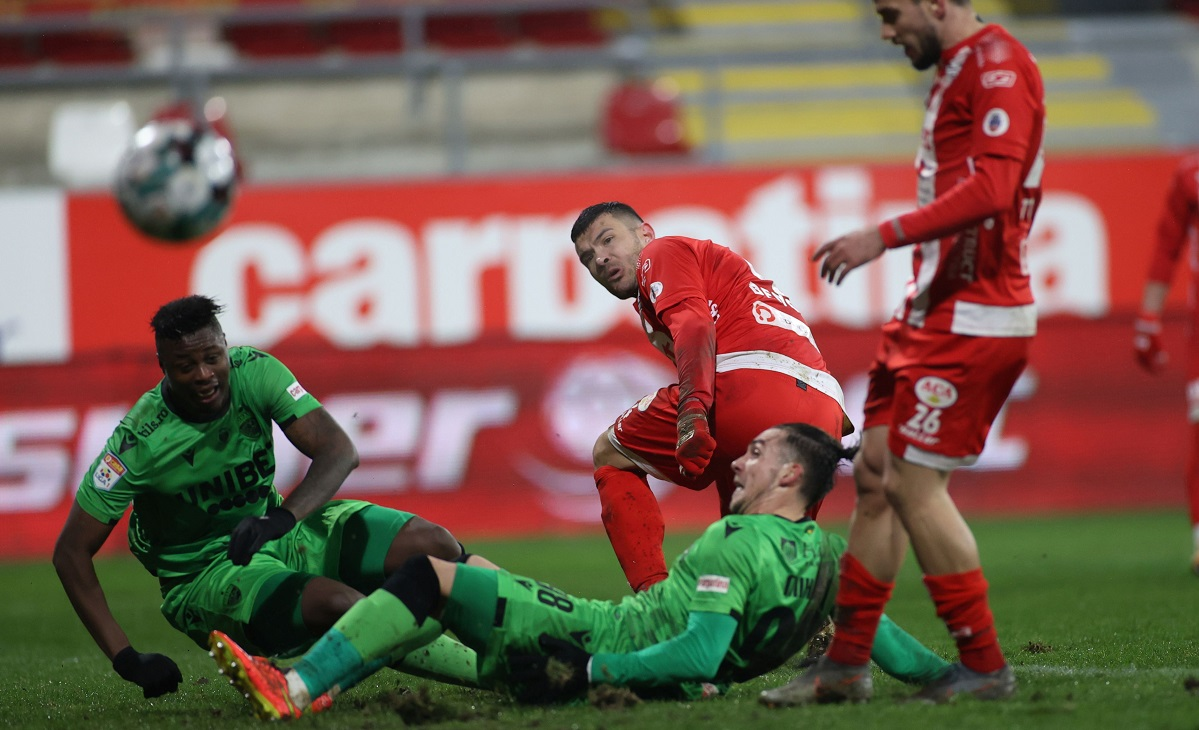 Magaye Serigne Gueye, Andreias Mircea Mihaiu si Alexandru Constantin Benga in meciul de fotbal dintre UTA Arad si Dinamo Bucuresti, contand pentru Liga 1