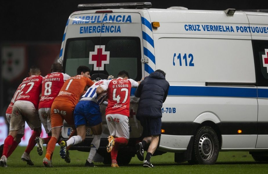 VIDEO | Moment şocant! Ambulanţa a rămas împotmolită în noroiul de pe gazon! A fost împinsă de jucători