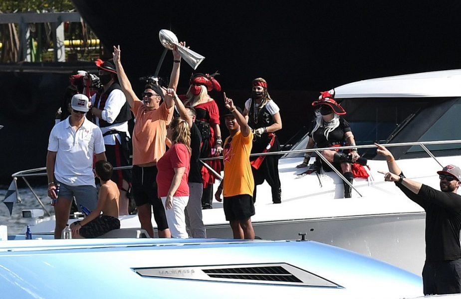 VIDEO | Scene uluitoare! Tom Brady a petrecut pe o barcă şi a aruncat trofeul câştigat la Super Bowl! Cum s-a clătinat la revenirea pe uscat
