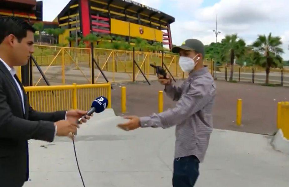 VIDEO | Cadre şocante în timpul unei filmări. Reporterul şi cameramanul, jefuiţi în direct. Hoţul i-a ameninţat cu un pistol