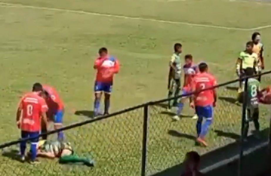 VIDEO | Cea mai tare simulare pe un teren de fotbal! A luat un obiect aruncat din tribune şi s-a lovit cu el în cap. Ce decizie a luat arbitrul