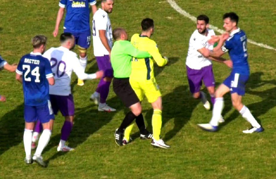VIDEO | Scene greu de imaginat la un meci amical! Scandal general între jucătorii de la FC Argeş şi FC U Craiova. Arbitrul l-a luat pe sus pe unul dintre jucători