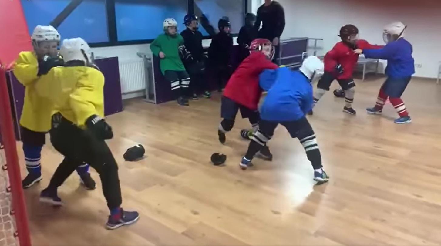 Copii se bat la un antrenament de hochei