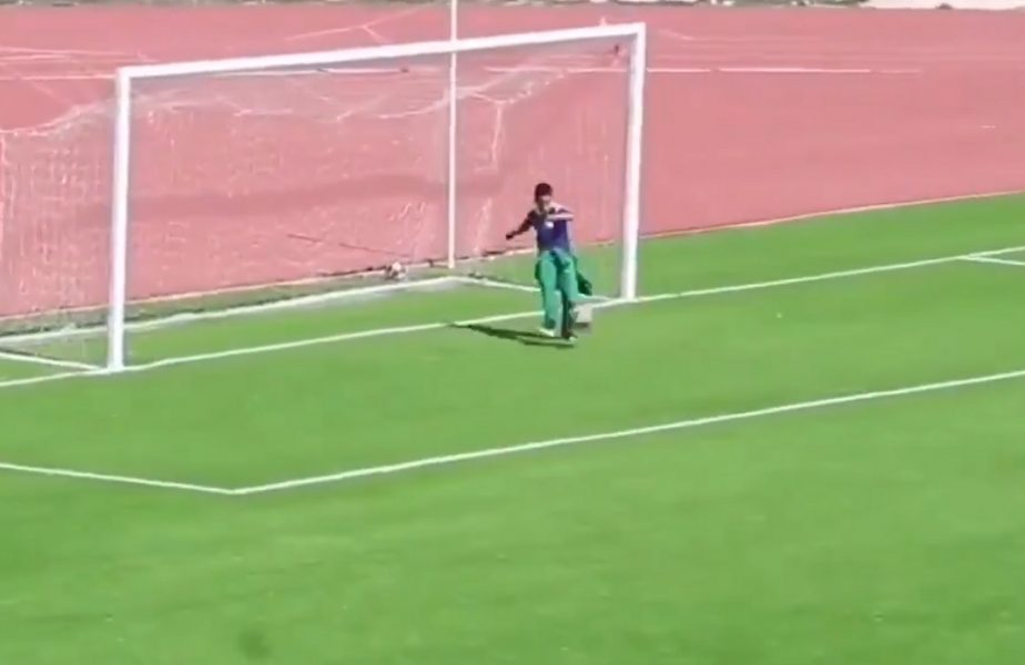 VIDEO | Faza anului în fotbal! Un copil de mingi a respins mingea din faţa porţii şi a evitat golul! Ce decizie a luat arbitrul