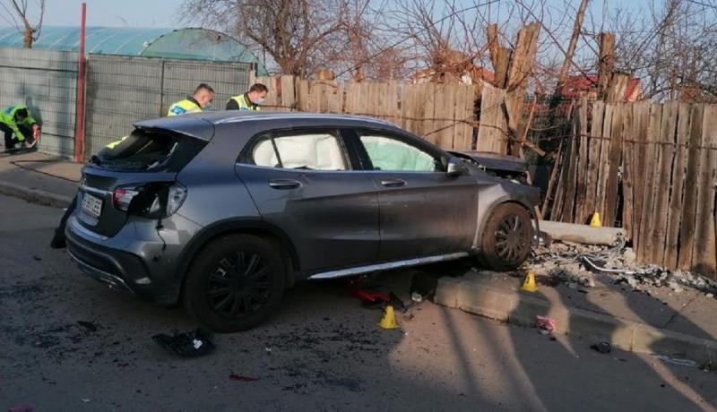 Maşina a intrat pe trotuar şi a accidentat mortal două persoane