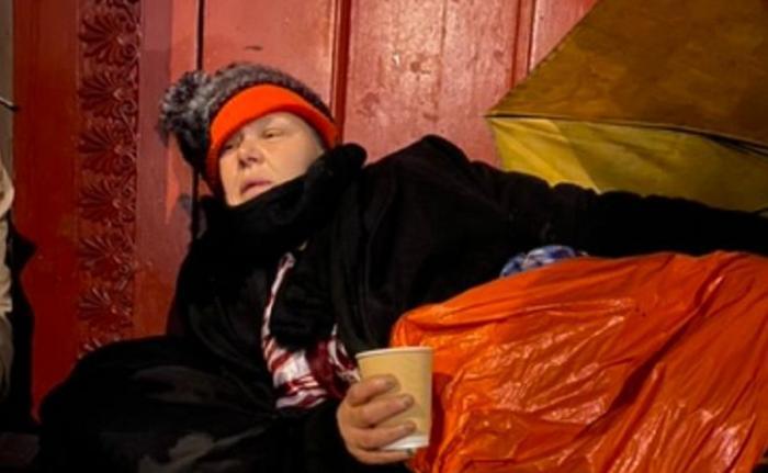 Ajutor uriaş pentru bătrâna nevoită să doarmă pe cartoane, într-un cimitir. Gestul de milioane pentru femeia care a terminat două facultăţi