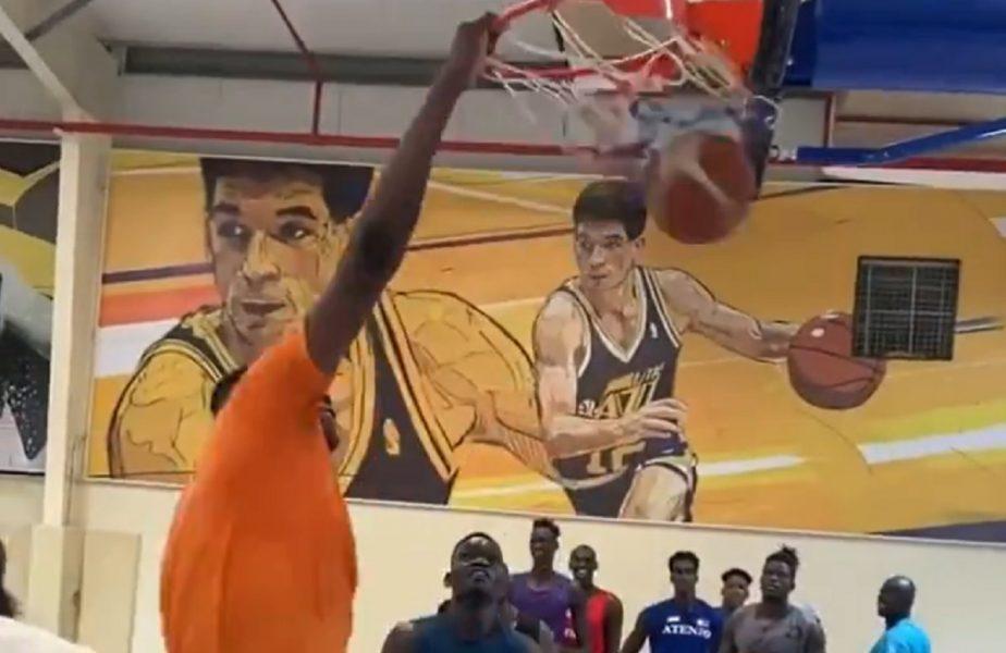 VIDEO | NBA ar putea avea cel mai înalt jucător din istorie! Un nigerian de 2,36 metri a impresionat pe reţelele sociale. Dă slam dunk fără să sară!