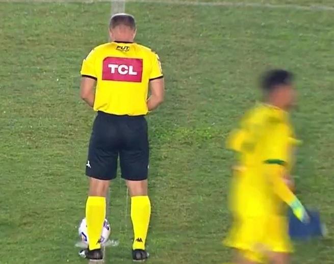 Imagini uluitoare în Brazilia! Un arbitru a urinat pe terenul de fotbal, chiar în cercul de la mijloc. Imaginile au devenit virale