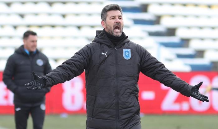 """Ouzounidis s-a enervat după Gaz Metan – Craiova 0-2. """"Mă tot întrebaţi de Koljic!"""" Grecul, şocat de gazonul de la Mediaş"""