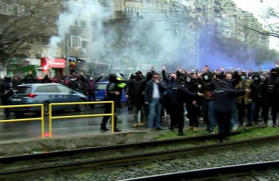 """Ultrașii de la CSA Steaua au început războiul cu Gigi Becali: """"Intrați în ei ca lupii în oi /  Am dat afară din casă un gibon agitat!"""" Fanii au aprins torţe la stadion"""