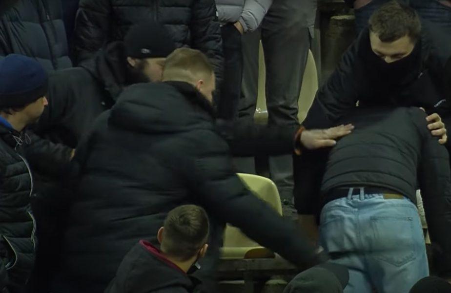 VIDEO | Moment uluitor în timpul meciului echipei lui Mircea Lucescu! Un fan, bătut cu cureaua în tribună. Imagini de necrezut