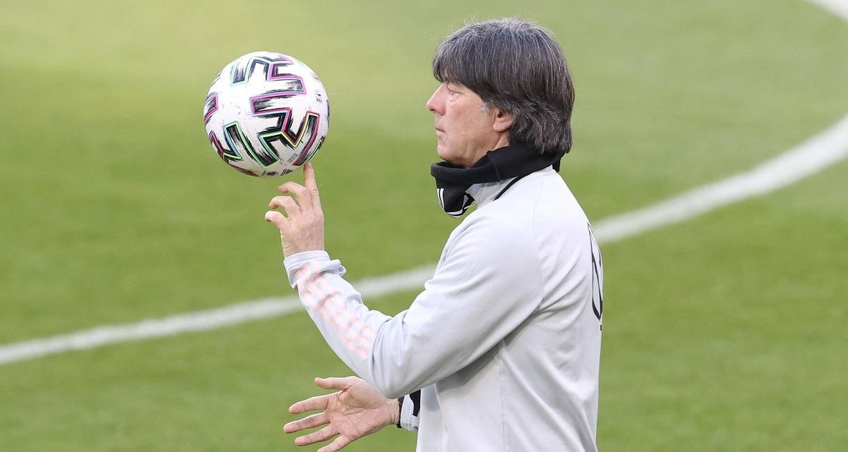 Joachim Low, în timpul unui antrenament