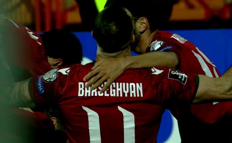 Zici că sunt antrenaţi de Gigi Becali! :) Trei schimbări făcute la pauză de selecţionerul Armeniei, unul dintre jucători a dat gol