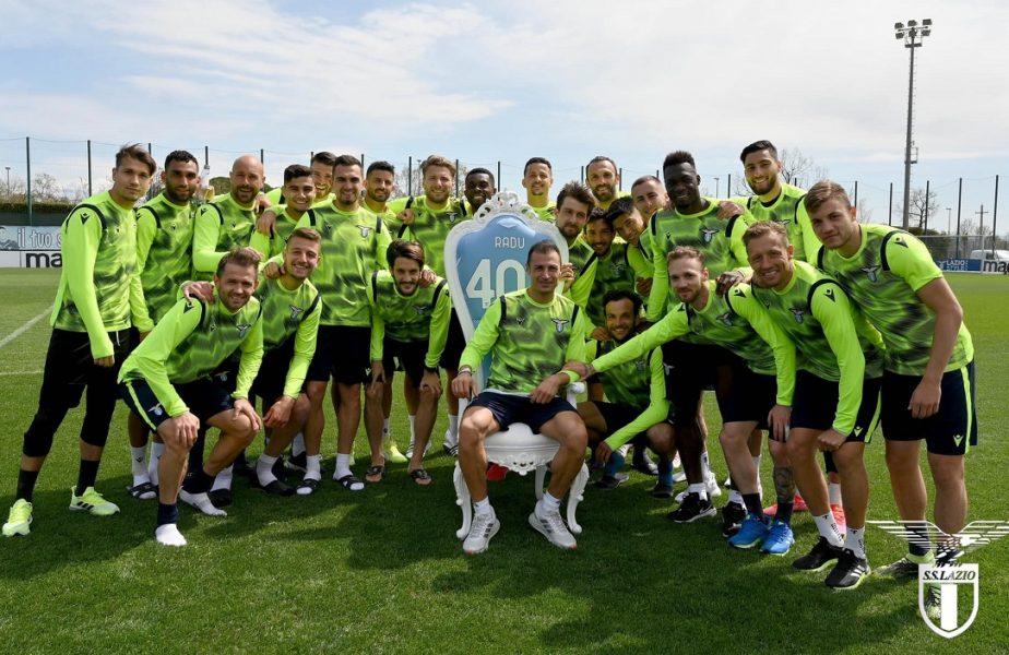 """Ştefan Radu e """"rege"""" la Lazio! Coechipierii i-au făcut o surpriză la antrenament. L-au pus pe tron chiar pe gazon!"""