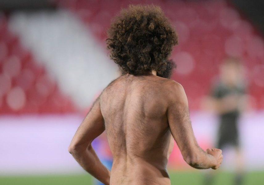 """""""Diavolii"""" l-au văzut pe """"dracul gol!"""" :)) Imaginea serii în Europa League. Un bărbat dezbrăcat a întrerupt Granada – Manchester United"""