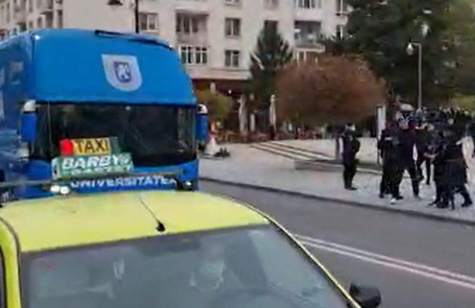 VIDEO | Teatru de război la Craiova. Ultraşii echipei lui Mititelu au atacat autocarul rivalei din Liga 1. Un geam de la autocar a fost spart