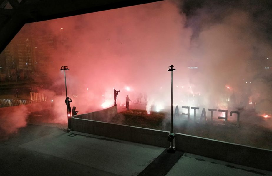 FOTO FC U Craiova 1948 – Rapid | Atmosferă incendiară la derby! Ultrașii olteni au dat cu fumigene și petarde lângă Ion Oblemenco