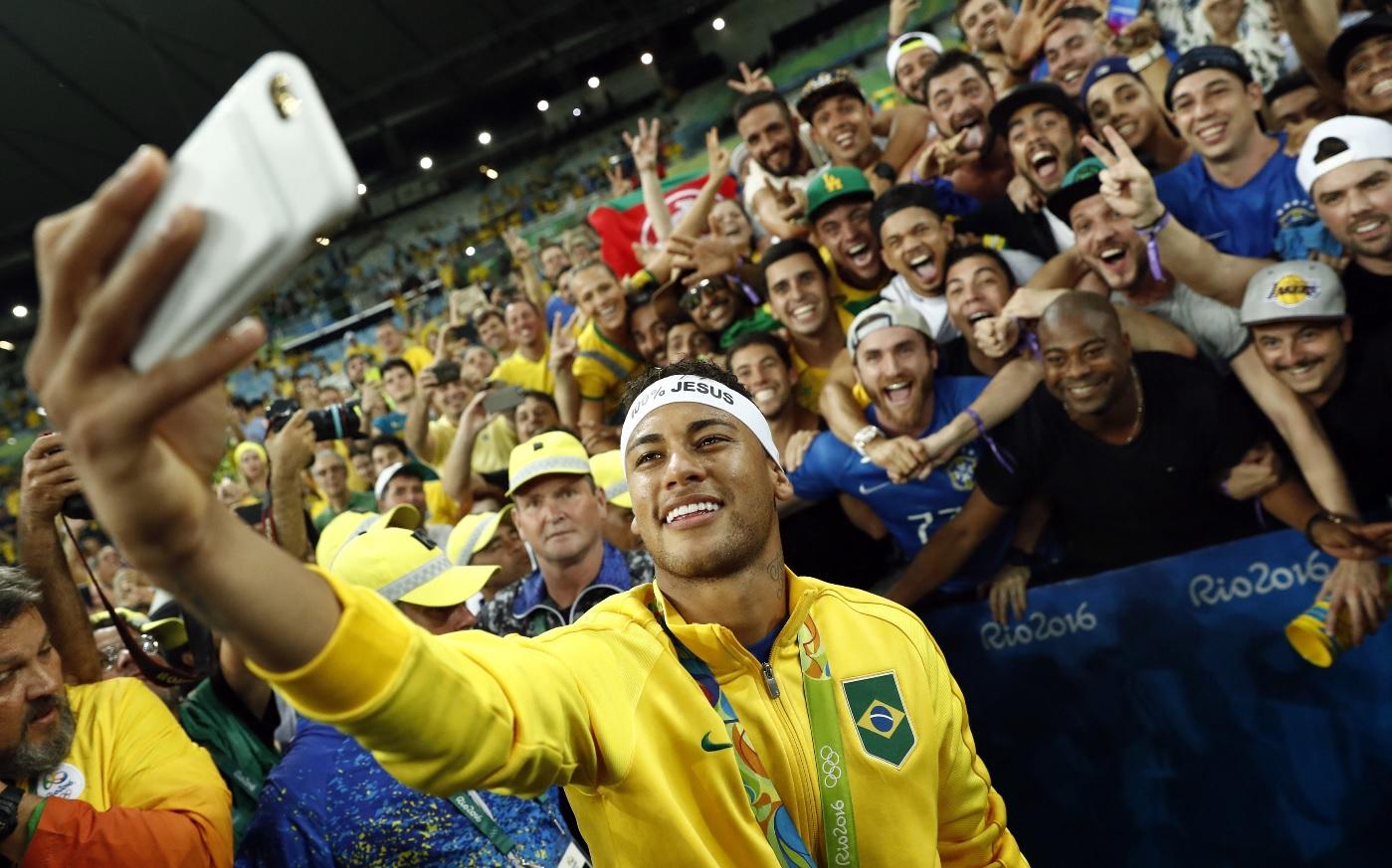 Neymar, alături de fani din Brazilia