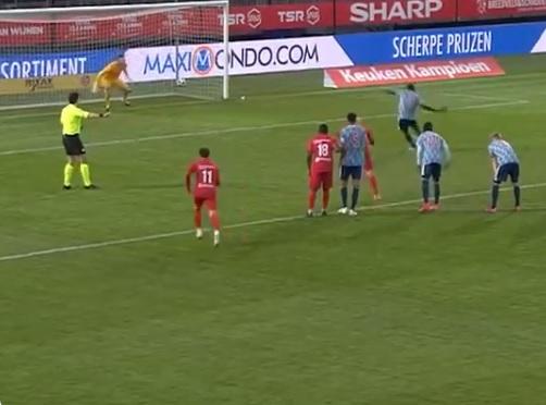 VIDEO | Un jucător de la echipa a doua a lui Ajax s-a făcut de râs. A executat un penalty, însă mingea a ieşit din stadion