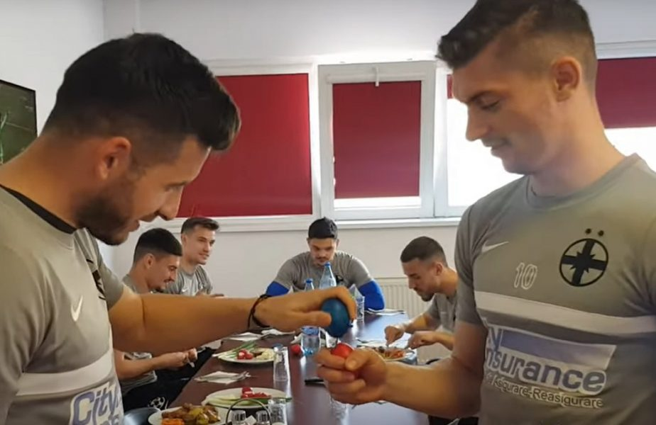 """VIDEO. Jucătorii lui FCSB s-au relaxat în prima zi de Paşte. Concurs de spart ouă înaintea derby-ului cu CFR Cluj. """"Ne filmează, o să pierzi"""" :) Cum au fost ironizaţi de fani"""