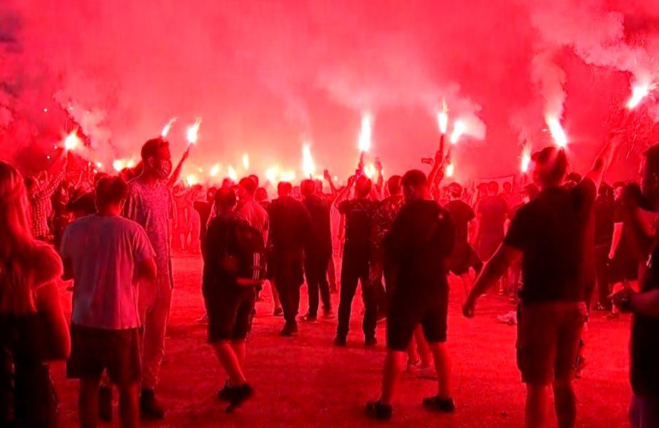 Imagini senzaţionale în Ghencea! Fanii Stelei au venit să sărbătorească 35 de ani de la câştigarea Cupei Campionilor. Ultraşii au aprins torţe în faţa stadionului
