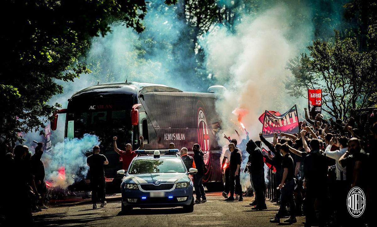 Ultraşi AC Milan, cu torţe şi fumigene