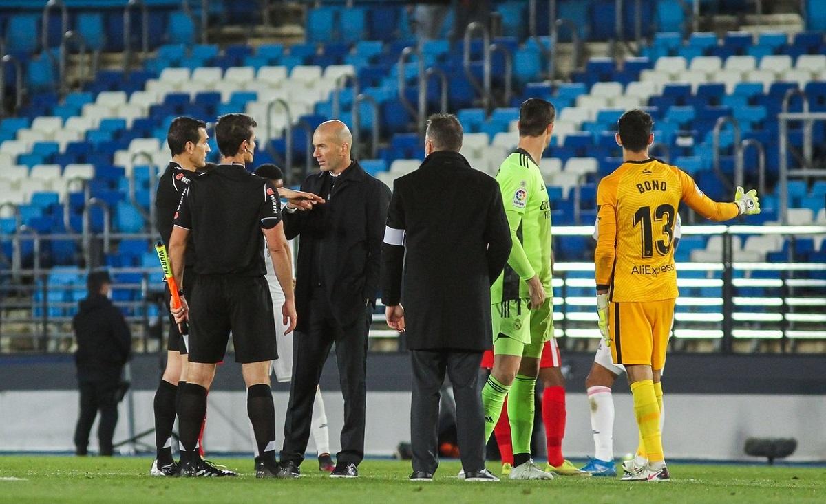 Zinedine Zidane a fost să le ceară explicaţii arbitrilor