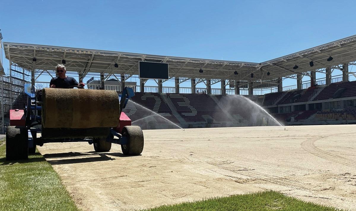 Montarea gazonului pe stadionul Rapid