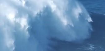 Val de 23 de metri, marea provocare pentru surferul fără teamă
