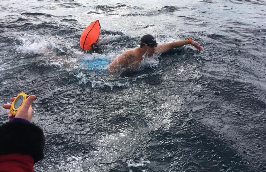 Paul Georgescu, poloistul român care face curse de înot în apa înghețată. Își face loc printre rechini, orci și meduze!