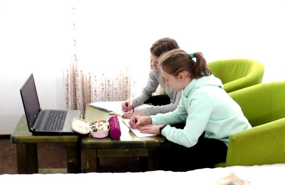 Gimnasta de aur a României vrea doar 10 la şcoală! Câte ore pe zi învaţă în cantonament şi cum o ajută fizica în lupta pentru medalii