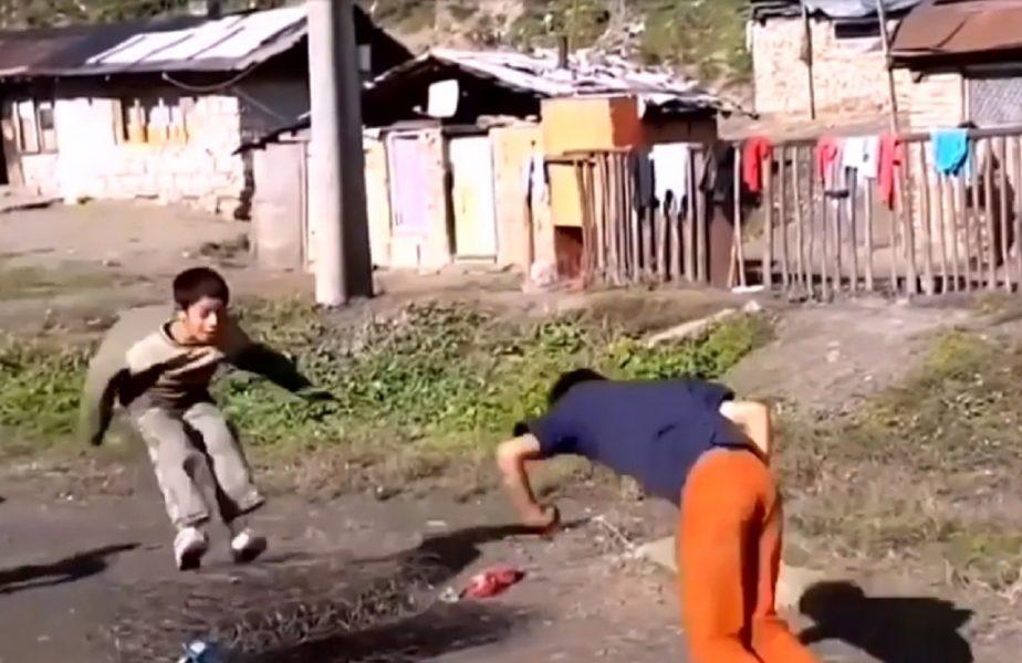 Un grup de copii a făcut senzaţie pe interent