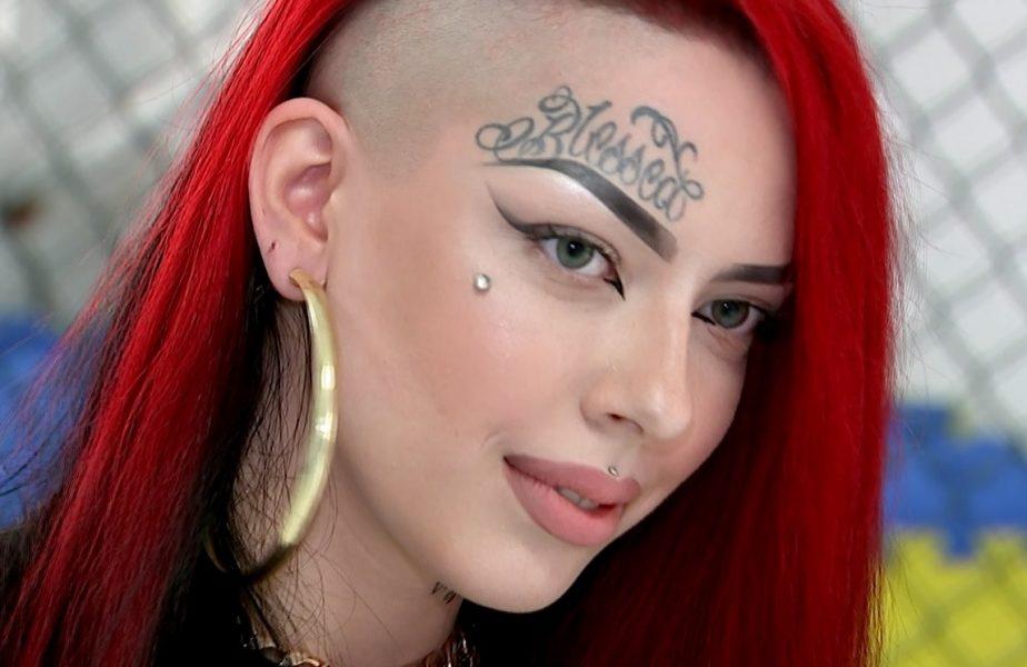 Fiica unei vedete din România uimeşte la doar 18 ani! E plină de tatuaje, practică cel mai violent sport, a trecut prin momente dramatice şi nu a vorbit cu tatăl său de 5 ani
