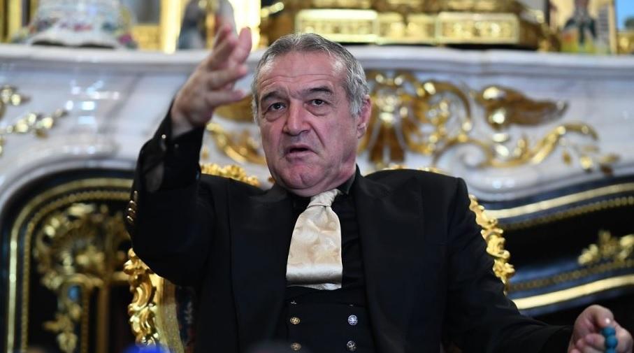 Gigi Becali, în timpul unei conferinţe de presă, la palatul său din Bucureşti