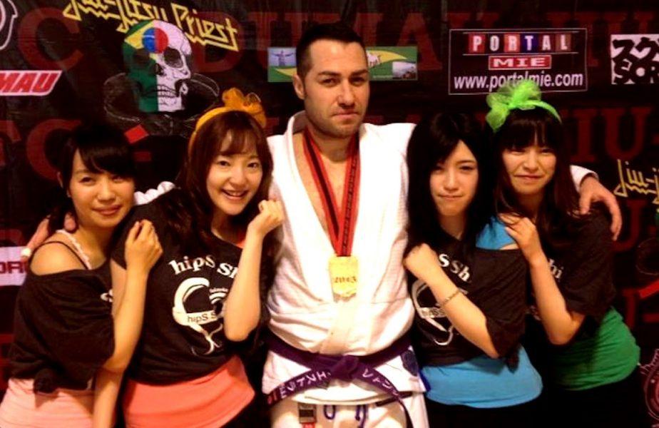 EXCLUSIV   Un fost stripper este profesor de judo şi patron de baruri în Japonia! Povestea uluitoare a românului care pierde 7 kilograme la un singur antrenament