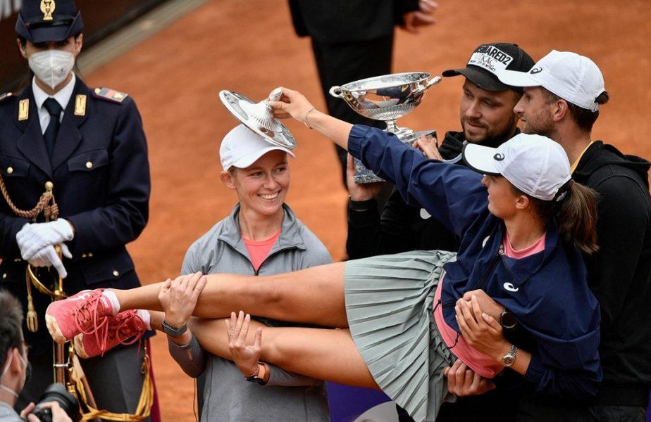 """Iga Swiatek – Karolina Pliskova 6-0, 6-0! Jucătoarea de 19 ani este noua campioană de la Roma. Şi-a """"demolat"""" adversara şi a obţinut o performanţă cu care se lăuda Simona Halep!"""