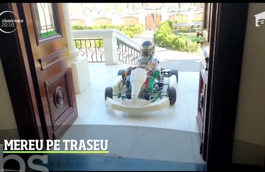 Albert Sandu are zece ani și face karting de trei ani. Puștiul cântă la pian cu cască pe cap