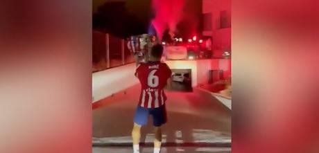 Koke a declanşat nebunia chiar acasă după titlul uriaş câştigat de Atletico! A adus trofeul printre artificii şi fumigene